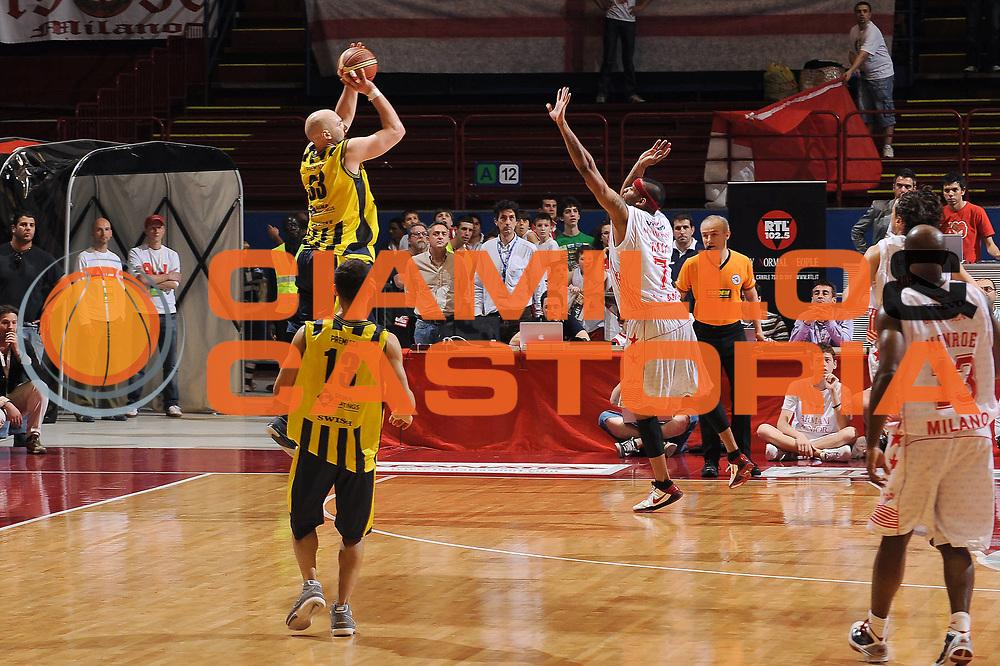 DESCRIZIONE : Milano Lega A 2009-10 Playoff Quarti di Finale Gara 2 Armani Jeans Milano Sigma Coatings Montegranaro<br /> GIOCATORE : Greg Brunner<br /> SQUADRA : Sigma Coatings Montegranaro<br /> EVENTO : Campionato Lega A 2009-2010 <br /> GARA : Armani Jeans Milano Sigma Coatings Montegranaro<br /> DATA : 22/05/2010<br /> CATEGORIA : ultimo tiro<br /> SPORT : Pallacanestro <br /> AUTORE : Agenzia Ciamillo-Castoria/A.Dealberto<br /> Galleria : Lega Basket A 2009-2010 <br /> Fotonotizia : Milano Lega A 2009-10 Playoff Quarti di Finale Gara 2 Armani Jeans Milano Sigma Coatings Montegranaro<br /> Predefinita :