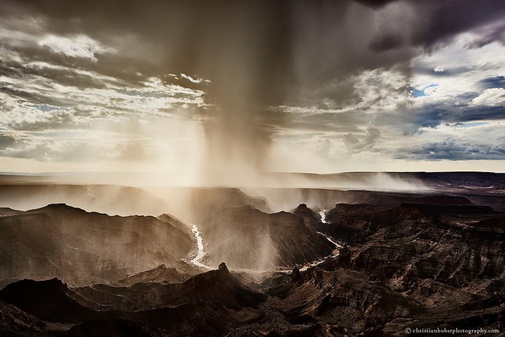 Ein Gewitter zieht über die Schlicht des Fishriver Canyons direkt auf den Hauptaussichtspunkt im gleichnamigen Nationalpark zu. Gewitter und Regen sind in dieser extrem trockenen Gegend angeblich sehr selten.