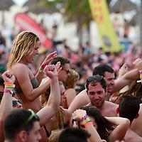 """Cancun, Q.Roo.- Jovenes universitarios de los Estados Unidos de Norteamerica, denominados """"SpringBraker"""", participan en una de las divesas fiestas que hoteleros organizan. Agencia MVT / Mario Vazquez de la Torre."""