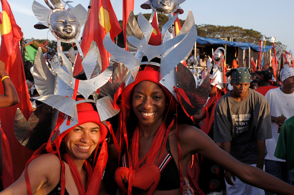 Engl.: Trinidad and Tobago,Carnival 2006, caribbean, costumes, parades, street festival, make up, glitter, mas designer Peter Minshall's band 'Sacret Heart' on Carnival Tuesday in Port of Spain. The helmets are made from galvanized metal..German: Photo © Stefan Falke Trinidad und Tobago, Port of Spain, Karibik,  Karneval 2006, Kostueme, Feste, Paraden, Strassenfest, Schmuck, Glitter, Masken, der Karnevalszug 'Sacret Heart' des Designers Peter Minshall am Karneval Dienstag in Port of Spain,  Die Helme sind aus galvanisiertem Metall gefertigt..