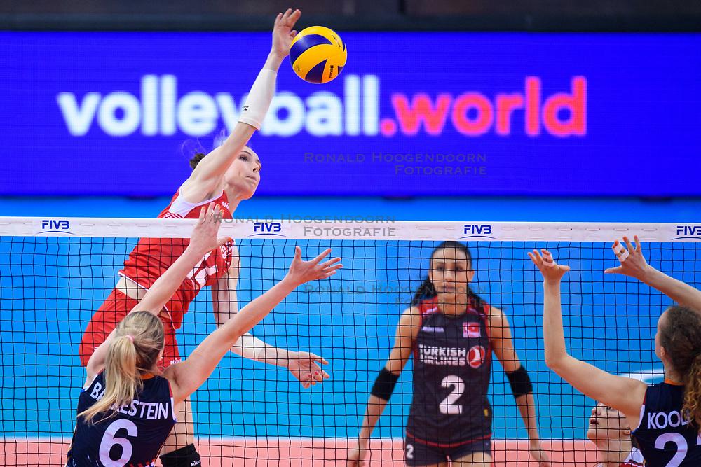 12.06.2018, Porsche Arena, Stuttgart<br /> Volleyball, Volleyball Nations League, Türkei / Tuerkei vs. Niederlande<br /> <br /> Angriff Eda Erdem Dündar / Duendar (#14 TUR) - Block / Doppelblock Maret Balkestein-Grothues (#6 NED), Nicole Koolhaas (#22 NED)<br /> <br /> Foto: Conny Kurth / www.kurth-media.de