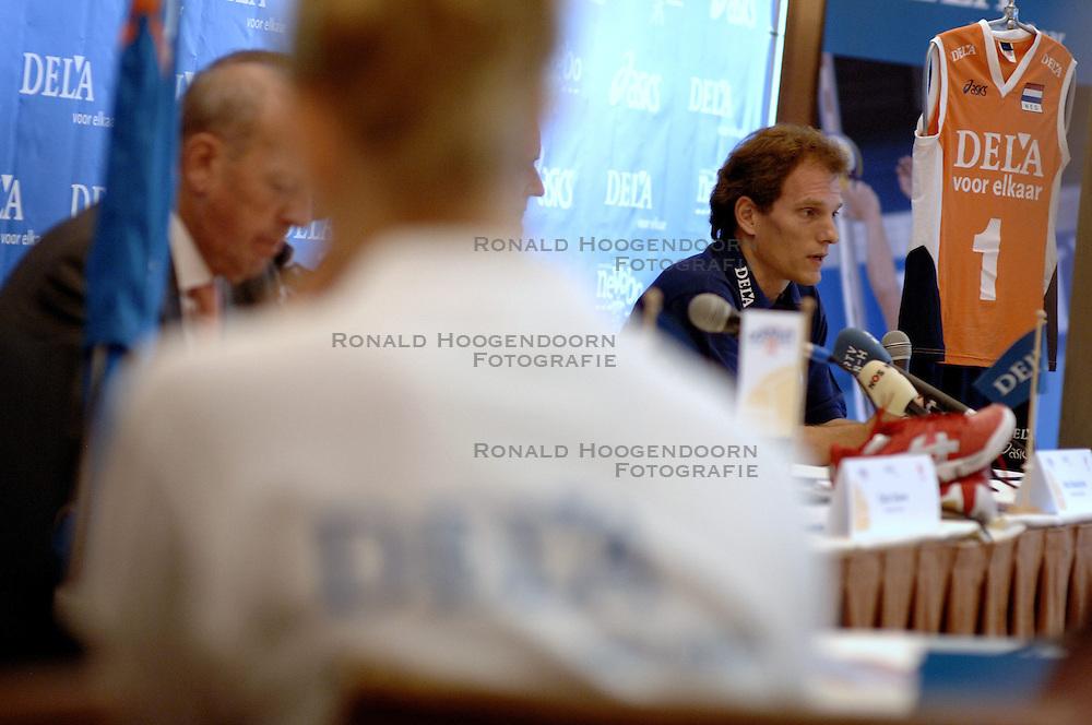 11-09-2006 VOLLEYBAL: PERSCONFERENTIE HOOFDSPONSOR DELA: VINKEVEEN<br /> De NeVoBo heeft uitvaartverzekeraar en - verzorger DELA gepresenteerd als nieuwe hoofdsponsor van het nationale damesteam / Avital Selinger<br /> &copy;2006-WWW.FOTOHOOGENDOORN.NL