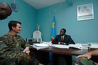 """26 SEP 2006, KINSHASA/CONGO:<br /> Zwei Soldaten, ein Deutscher, ein Franzose, der EUFOR RD CONGO sprechen mit einem Bezirksbuergermeister von Kinshasa im Rahmen einer Patroulienfahrt des """"Tactical Psyops Team"""" oder auch """"Operative Information"""", dessen Aufgabe es ist, die Bevoelkerung über die EUFOR RD CONGO Mission aufzuklaeren<br /> IMAGE: 20060926-01-031<br /> KEYWORDS: Bundeswehr, Soldat, Soldaten, Informationsfahrt, Gespräch, Gespraech, Bevölkerung, Kongo, Afrika, Africa"""