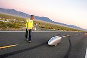 Garetht Hanks tijdens de vijfde racedag. In Battle Mountain (Nevada) wordt ieder jaar de World Human Powered Speed Challenge gehouden. Tijdens deze wedstrijd wordt geprobeerd zo hard mogelijk te fietsen op pure menskracht. Het huidige record staat sinds 2015 op naam van de Canadees Todd Reichert die 139,45 km/h reed. De deelnemers bestaan zowel uit teams van universiteiten als uit hobbyisten. Met de gestroomlijnde fietsen willen ze laten zien wat mogelijk is met menskracht. De speciale ligfietsen kunnen gezien worden als de Formule 1 van het fietsen. De kennis die wordt opgedaan wordt ook gebruikt om duurzaam vervoer verder te ontwikkelen.<br /> <br /> In Battle Mountain (Nevada) each year the World Human Powered Speed Challenge is held. During this race they try to ride on pure manpower as hard as possible. Since 2015 the Canadian Todd Reichert is record holder with a speed of 136,45 km/h. The participants consist of both teams from universities and from hobbyists. With the sleek bikes they want to show what is possible with human power. The special recumbent bicycles can be seen as the Formula 1 of the bicycle. The knowledge gained is also used to develop sustainable transport.