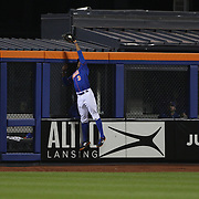 Curtis Granderson, New York Mets, makes a spectacular catch at right field to rob Chris Coghlan, Chicago Cubs, of a home run during the MLB NLCS Playoffs game two, Chicago Cubs vs New York Mets at Citi Field, Queens, New York. USA. 18th October 2015. Photo Tim Clayton