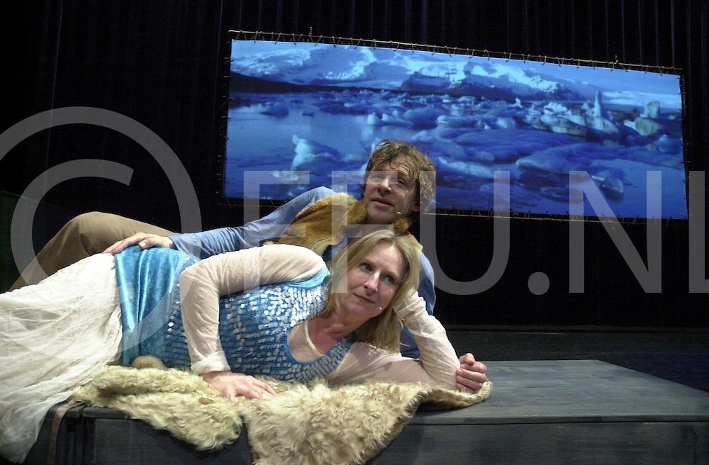 EMMEN<br /> Theatergroep Sonnevanck uit Enschede,<br /> Muzikanten van Ocobar en actrice en acteur na de voorstelling in Theater De Muzeval in Emmen,<br /> Foto Herman van Baar en Annemarie Maas,<br /> <br /> Editie: UIT<br /> <br /> fotografie frank uijlenbroek&copy;2006 michiel van de velde<br /> TT20060217