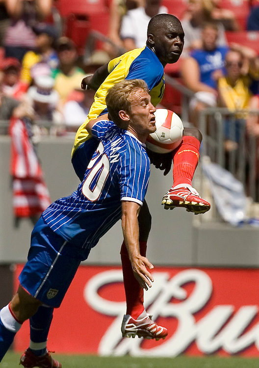 United States' Taylor Twellman (20) battles for ball position with Ecuador's Giovanny Espinoza during the second half of their international friendly soccer match in Tampa, Florida March 25, 2007. REUTERS/Scott Audette (UNITED STATES)