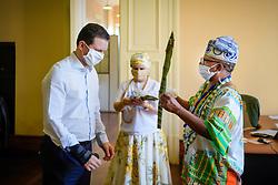 Pai Paulinho do Xoroquê presenteia o Prefeito Nelson Marchezan Junior com um espada de São Jorge deste 23 de abril. FOTO: Jefferson Bernardes/ PMPA