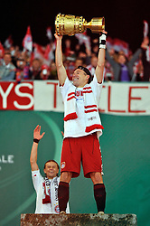 15.05.2010, Olympia Stadion, Berlin, GER, DFB Pokal Finale 2010,  Werder Bremen vs Bayern Muenchen im Bild Arjen Robben ( Bayern #10 ) mit dem DFB-Pokal... EXPA Pictures © 2010, PhotoCredit: EXPA/ nph/ Conny Kurth / SPORTIDA PHOTO AGENCY