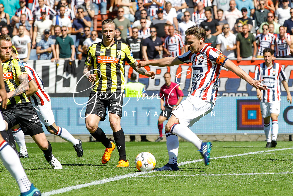 *Ben Rienstra* of Willem II scores the third goal to make it 2-1, *Alexander Buttner* of Vitesse