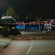 Badhoevedorp, 23-11-2012. Vanmiddag omstreeks 17,15 uur vond een fatale schietpartij plaats op de Nieuwemeerdijk te Badhoevedorp. Hierbij werden drie mannen neergeschoten. Een van hen was op slag dood en twee werden naar een ziekenhuis afgevoerd. Het dode slachtoffer zou Remco H. zijn en een van de gewonde zou zijn broer Martin H. zijn. Volgens de politiewoordvoerder zouden er twee daders in een kleine grijze auto zijn weggereden richting de A9. De politie heeft een grootscheeps onderzoek ingesteld. Het motief van de daad was nog niet bekend.