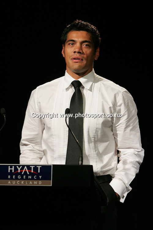 Special award winner Stephen Kearney speaks during the New Zealand Rugby League Awards held at the Hyatt Hotel, Auckland, on Friday 3 December, 2004. Photo: Andrew Cornaga/PHOTOSPORT<br />