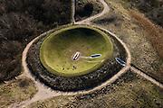 Nederland, Kijkduin, Machiel Vrijenhoeklaan, 18-03-2009; Het Hemels Gewelf, kunstwerk van James Turrell. Kunstmatig aangelegde duinkom, toegankelijk via trap en kleine tunnel. Een bank voor twee personen in de krater maakt het mogelijk om - liggend op de rug - het licht in de duinen en het uitspansel te ervaren. Het kunstwerk is gemaakt in opdracht van Stroom, Den Haag.Vault of Heaven, an artwork by James Turrell, an artificial dune bowl, accessible via stairs and small tunnel. .Swart collectie, luchtfoto (toeslag); Swart Collection, aerial photo (additional fee required); .foto Siebe Swart / photo Siebe Swart