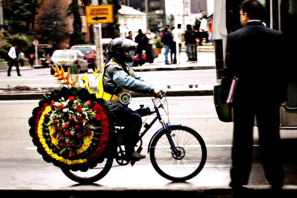 Bogota, servico de entrega de flores./ Service flower delivery. Foto Joaquin Sarmiento/Argosfoto