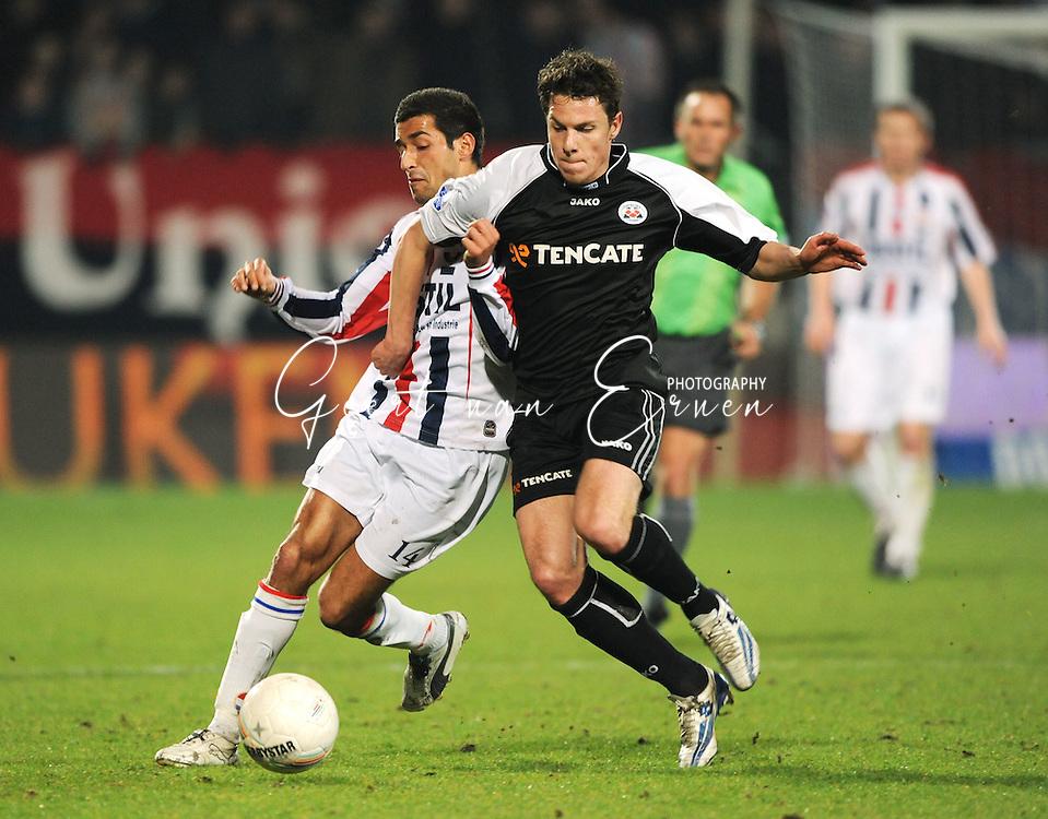 28-02-2009 Voetbal:Willem II:Heracles Almelo:Tilburg<br /> Mark-Jan Fledderus in duel met Mohamed Messoudi<br /> Foto: Geert van Erven