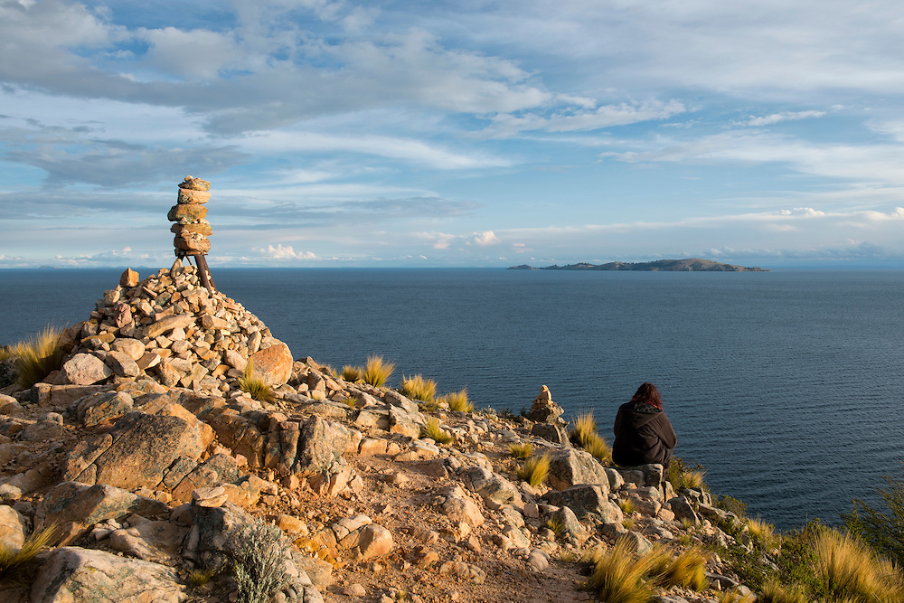 South America, Peru, Lake Titicaca, Suasi Island, woman sitting on peak