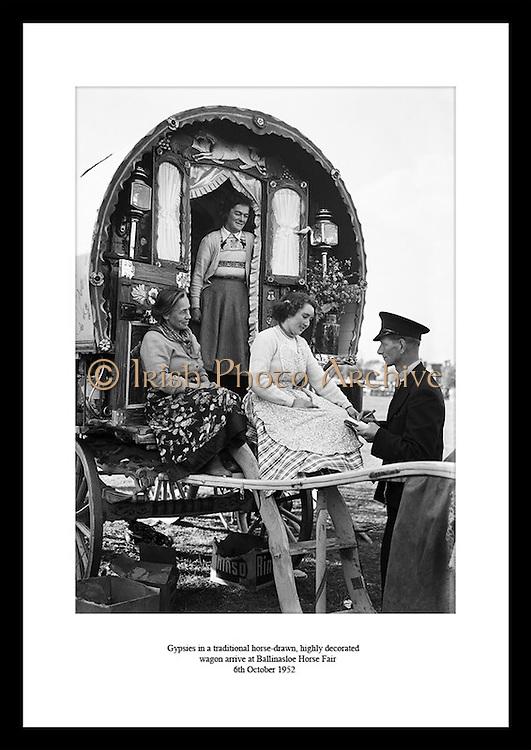 Sigøynere avbildet i en tradisjonell, høyt dekorert hestetrukket vogn ankommer Ballinasloe Horse.Fair. En av Europas største og eldste hesteshow, datert helt tilbake til 1800 tallet. Årlig kommer det.rundt 100 000 tilskuere fra hele verden for å se på showet.