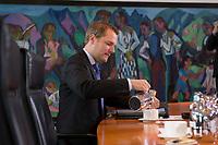 09 MAY 2012, BERLIN/GERMANY:<br /> Daniel Bahr, FDP, Bundesgesundheitsminister, schenkt sich einen Tee ein, vor Beginn einer Kabinettsitzung, Bundeskanzleramt<br /> IMAGE: 20120509-01-002