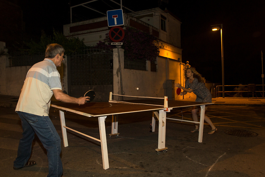 /EN/ An improvised ping pong game in the middle of the street. /ES/ Partido de ping pong improvisado en medio de la calle.