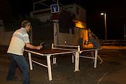 /EN/ An improvised ping pong game in the middle of the street. /ES/ Partido de ping pong improvisado en medio de la calle.