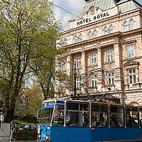 Tramway passant devant l'hotel Royal à Cracovie