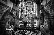 A family with a young child exits a temple devoted to Krishna after having gone through their rituals. Jodhpur, Rajhastan, India. / Una familia se retira del templo de Krishna después de haber llevado a cabo sus rituales. Jodhpur, Rajastán, India.