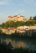 Burg zu Burghausen, Altstadt und Salzach, Burghausen, Bayern, Deutschland.. | ..Burghausen Castle, old town of Burghausen and river Salzach,  Bavaria, Germany