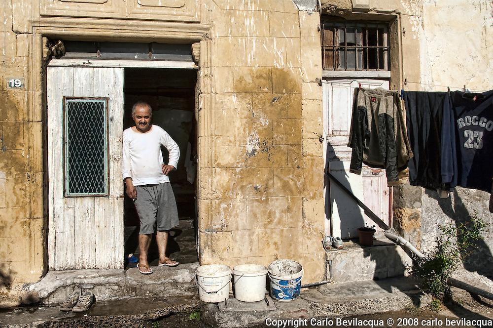 Alatin Tra i bucato davanti casa. Saldatore da quattro anni a Cipro. Lavorava in Israele, guadagnava a 200 dollari al mese ma era felice.  Aveva una casa vera e riusciva a vivere con il suo lavoro. E' dovuto andare via perchè musulmano Qua a Cipro vive in un tugurio ed è pagato pochissimo fa tanti sacrifici perchè aspetta di andare in pensione fra  due anni