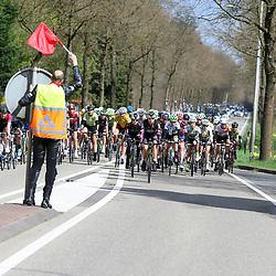 17-04-2016: Wielrennen: Ronde van Gelderland: Apeldoorn    <br />APELDOORN (NED) wielrennen<br />Verkeersregelaar wijst rensters op gevaarlijk punt