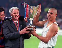 Fotball<br /> Barcelona Historie<br /> Foto: ColorsportDigitalsport<br /> NORWAY ONLY<br /> <br /> Bobby Robson the Barcelona Manager and Ronaldo lift the Cup. Barcelona v Paris Saint-Germain. The European Cup Winners Cup Final. Feijenoord, 14/5/97.