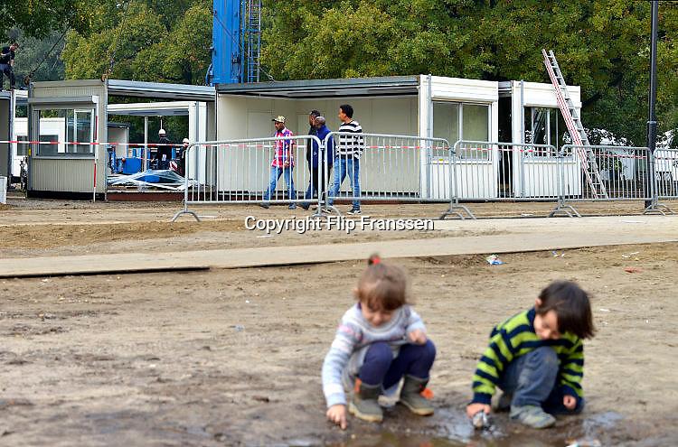 Nederland, the Netherlands, Nijmegen, 21-10-2015Kamp, tentenkamp Heumensoord, de tijdelijke noodopvang, azc, van het COA. In totaal kom en er 3000 asielzoekers, mensen. Op het kamp wordt nog volop gewerkt aan de laatste tenten, alsmede aan de infrastructuur voor elektra, afvoer en water. Vandaag wordt er een schooltje opgezet voor onderwijs aan de kinderen. school,scholing,vervelen,verveling,onderwijs,bezighoudenFOTO: FLIP FRANSSEN
