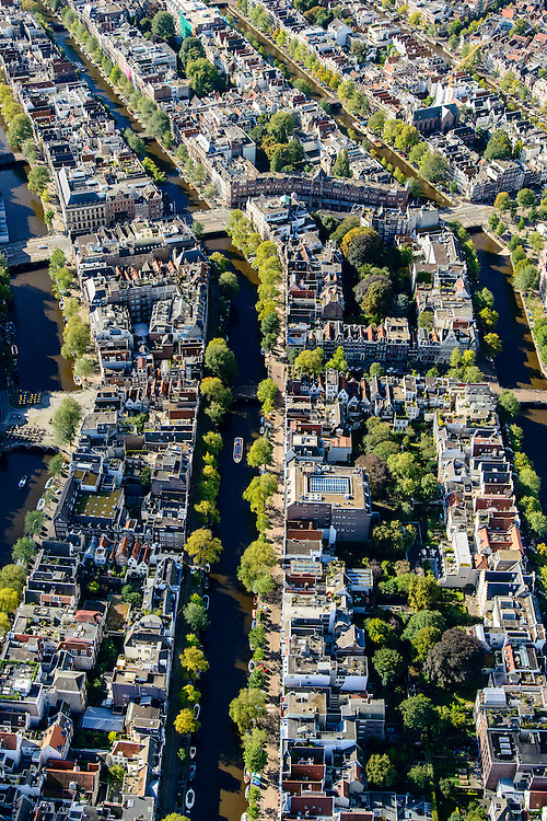 Nederland, Noord-Holland, Amsterdam, 27-09-2015; Herengracht ter hoogte van Leliegracht en Raadhuisstraat. Links Singel, rechts Keizergracht.<br /> Canals in city centre Amsterdam, belt of canals.<br /> luchtfoto (toeslag op standard tarieven);<br /> aerial photo (additional fee required);<br /> copyright foto/photo Siebe Swart