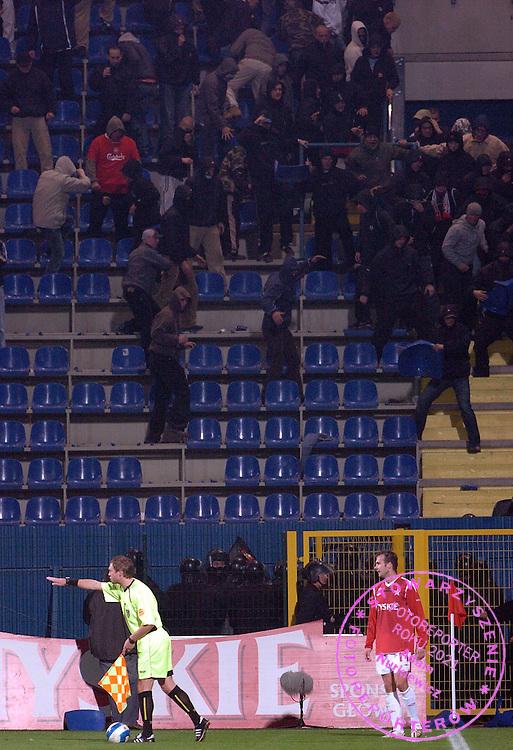 n/z.: Policja i Kibice Cracovii podczas meczu ligowego Wisla Krakow (czerwone) - Cracovia Krakow (bialo-czerwone) 3:0 ; I liga polska ; 12 kolejka sezon 2006/2007 , pilka nozna , Polska , Krakow , 28-10-2006 , fot.: Adam Nurkiewicz / mediasport..Police and Cracovia's supporters during Polish league first division soccer match in Cracow. October 28, 2006 ; Wisla Cracow (red) - Cracovia (white-red) 3:0 ; first division ; 12 round season 2006/2007 , football , Poland , Cracow ( Photo by Adam Nurkiewicz / mediasport )