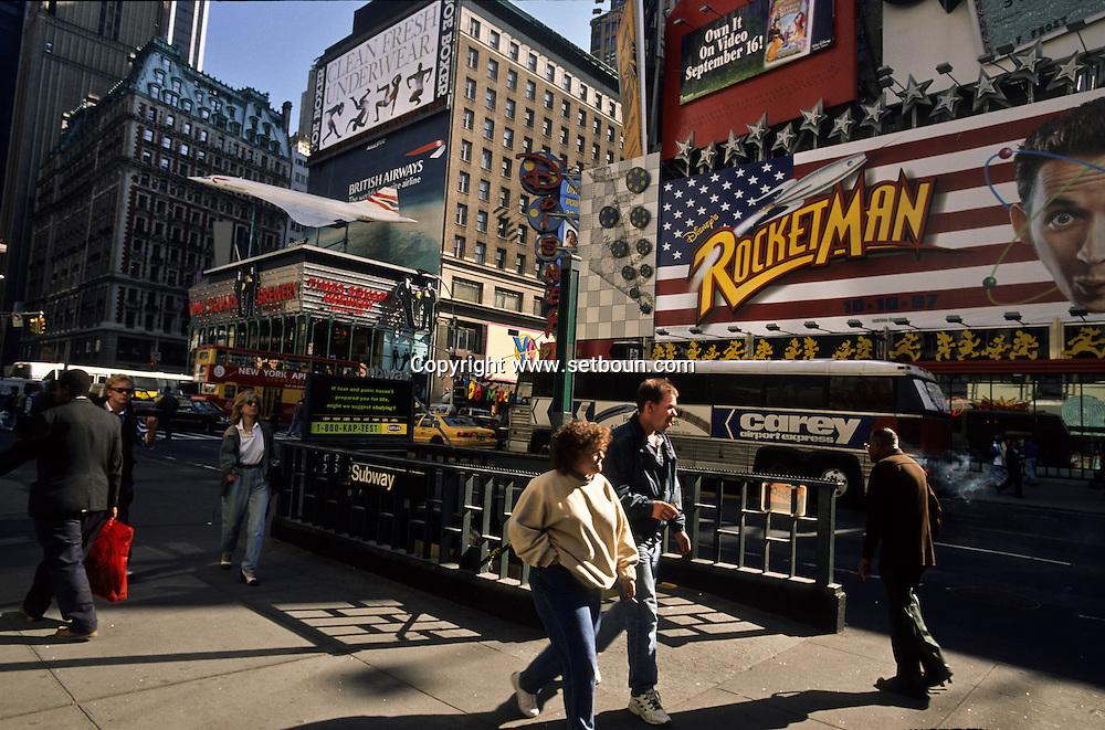New York. times square area and 42nd street under renovation  ,    Usa /  le  quartier de Times square  et la 42 em rue en mutation, renovation   , sur le toit d un immeuble la maquette geante  de l avion Concorde de British airways New York  USa
