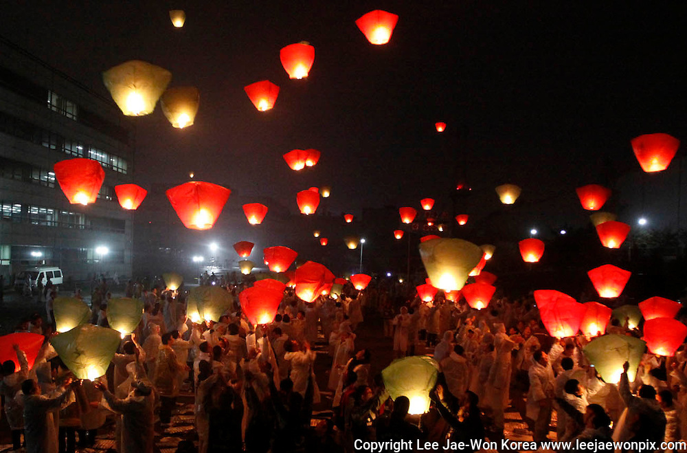 Labour union workers of Ssangyong Motor and their family members fly lanterns, which they say symbolizes layoffs, during a rally against the layoff plan of the company at the main plant of the automaker in Pyeongtaek, about 70 km (43 miles) south of Seoul, April 15, 2009. /Lee Jae-Won