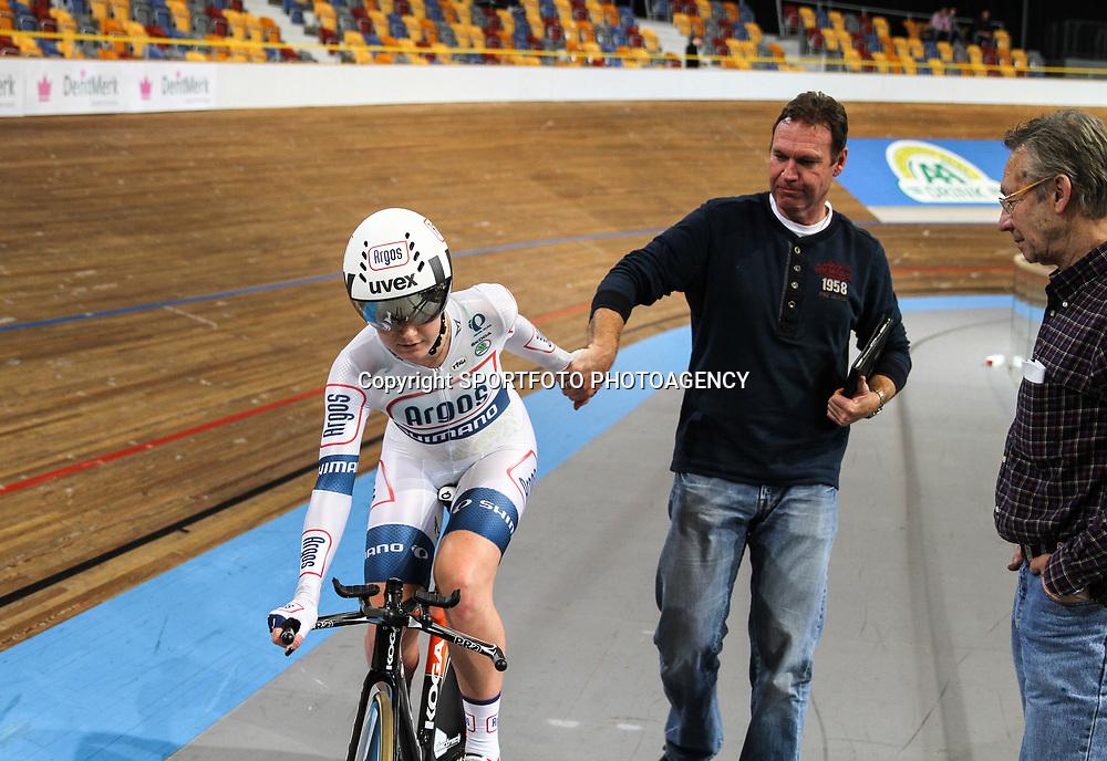 Nederlands Kampioenschap Achtervolging vrouwen Apeldoorn Amy Pieters wordt tweede achter Kirsten Wild op het Nederlands Kampioenschap. Hier met vader en coach Peter Pieters