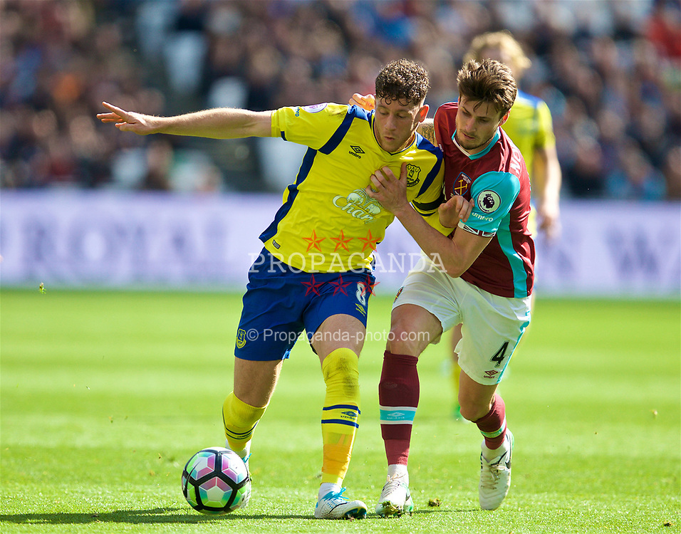 LONDON, ENGLAND - Saturday, April 22, 2017: Everton's Ross Barkley in action against West Ham United's Havard Nordtvelt during the FA Premier League match at the London Stadium. (Pic by David Rawcliffe/Propaganda)