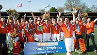 AMSTELVEEN -  Vreugde bij het team van OZ met aanvoerder Robert van de Horst van OZ       Beslissende finalewedstrijd om het Nederlands kampioenschap hockey tussen de mannen van Amsterdam en Oranje Zwart (2-3). COPYRIGHT KOEN SUYK