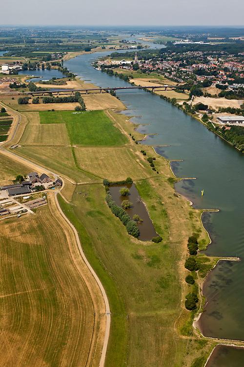 Nederland, Gelderland, gemeente Neder-Betuwe, 08-07-2010; Neder-Rijn, Middelwaard, in het kader van het Programma Ruimte voor de Rivier zijn er plannen om de uiterwaard te vergraven: er komt een nevengeul (richting brug) en de uiterwaard wordt gedeeltelijk verlaagd.  .Under the Program 'Room for the River', there are plans to partially excavate the floodplain, including the construction of a flood trench.luchtfoto (toeslag), aerial photo (additional fee required).foto/photo Siebe Swart.