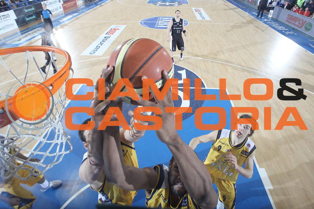 DESCRIZIONE : Porto San Giorgio Lega A 2010-11 Fabi Montegranaro Canadian Solar Bologna<br /> GIOCATORE : Sharrod Ford<br /> SQUADRA : Fabi Montegranaro<br /> EVENTO : Campionato Lega A 2010-2011<br /> GARA : Fabi Montegranaro Canadian Solar Bologna<br /> DATA : 06/03/2011<br /> CATEGORIA : rembalzo special <br /> SPORT : Pallacanestro<br /> AUTORE : Agenzia Ciamillo-Castoria/C.De Massis<br /> Galleria : Lega Basket A 2010-2011<br /> Fotonotizia : Porto San Giorgio Lega A 2010-11 Fabi Montegranaro Canadian Solar Bologna<br /> Predefinita :