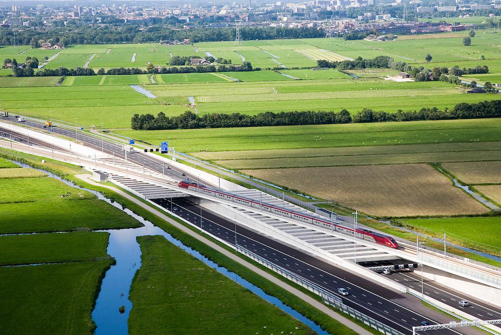 Nederland, Zuid-Holland, Hoogmade, 08-09-2006;  ; testrit op de inmiddels voltooide hogesnelheidslijn; de testtrein is een Thalys, gevuld met apperatuur en zandzakken (imitatie reizigers) en rijdt met snelheden van 300 km/u; bij Hoogmade wordt de A4 overgestoken, een gaat de trein richting ingang boortunnel onder het Groene Hart; in de achtergrond de bebouwing van Leiden;.Zie ook andere foto's van deze lokatie (lucht en panorama); deel van de serie Panorama Nederland.Other panorama and aerial photos available, part of the series Panorama Nederland (major infrastucture photo project).luchtfoto (toeslag); aerial photo (additional fee required); .foto Siebe Swart / photo Siebe Swart