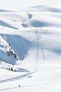 Foto von Schneeschuhspur und einsame Wanderer im schneebedecktes Winterlandschaft