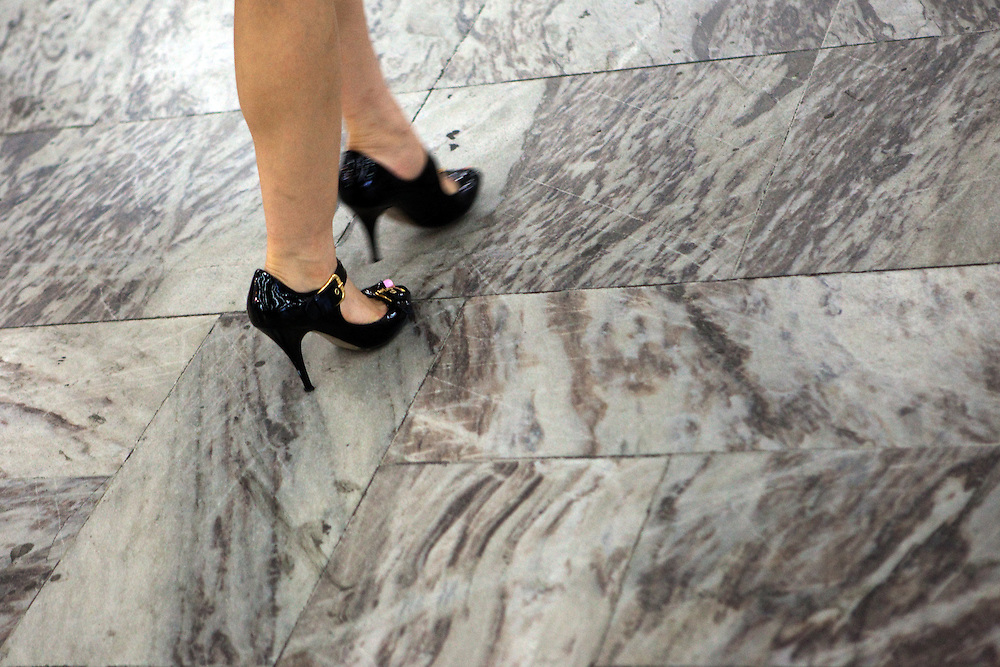Frau mit Stoeckelschuhen in der Metro von Seoul.<br /> <br /> Woman with high heels in the Seoul Metro (subway).