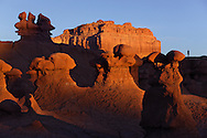 Turista y hoodoos en Goblin Valley State Park, Utah (Estados Unidos)