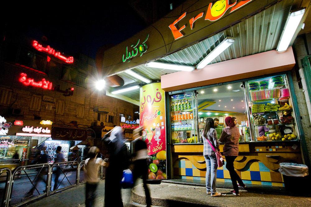 Deux jeunes Palestiniennes se tiennent a l entree d un commerce sur la place Al Manara le 01 Octobre 2010 a Ramallah...Credit photo: Olivier Fitoussi.
