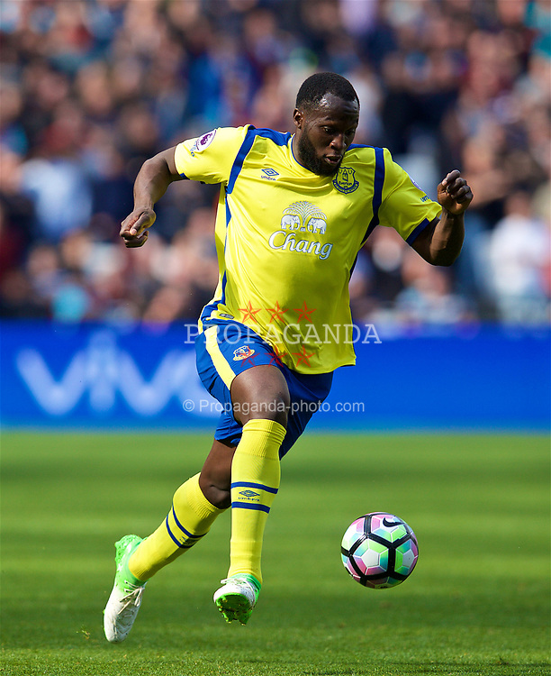 LONDON, ENGLAND - Saturday, April 22, 2017: Everton's Romelu Lukaku in action against West Ham United during the FA Premier League match at the London Stadium. (Pic by David Rawcliffe/Propaganda)