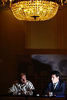 Fotball<br /> England<br /> Pressekonferanse foran Østerrike v England<br /> 03.09.2004<br /> Foto: SBI/Digitalsport<br /> NORWAY ONLY<br /> <br /> England head coach, Sven Göran Eriksson with FA Head of Communication, Adrian Bevington (rt).
