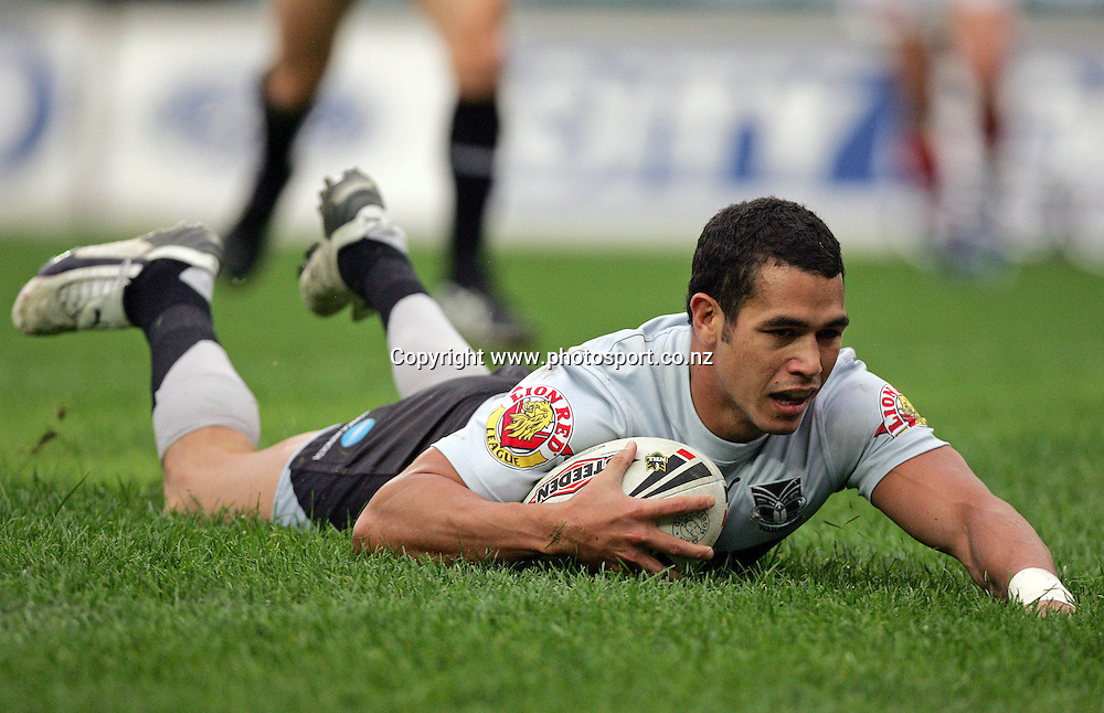 Brent Webb scores during the NRL rugby league match between the New Zealand Warriors and the Sydney Roosters at Aussie Stadium, Sydney, Australia on Sunday 11 June, 2006. The Warriors won the match 22-12. Photo : Hannah Johnston/PHOTOSPORT<br /> <br /> <br /> <br /> 110606