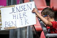 20-08-2017: Voetbal: FC Utrecht v Willem ll: Utrecht<br /> <br /> (L-R) Jonge supporter op zoek naar FC Utrecht keeper David Jensen tijdens het Eredivisie duel tussen FC Utrecht en Willem II op 20 augustus 2017 in stadion Galgenwaard te Utrecht<br /> <br /> Eredivisie - Seizoen 2017 / 2018 (speelronde 2)<br /> <br /> Foto: Gertjan Kooij