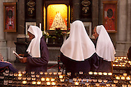 Europe, Germany, Cologne, nuns in front of the Jewellery Virgin Mary at the cathedral, candles...Europa, Deutschland, Koeln, Nonnen vor der Schmuckmadonna im Dom, Kerzenopfer.